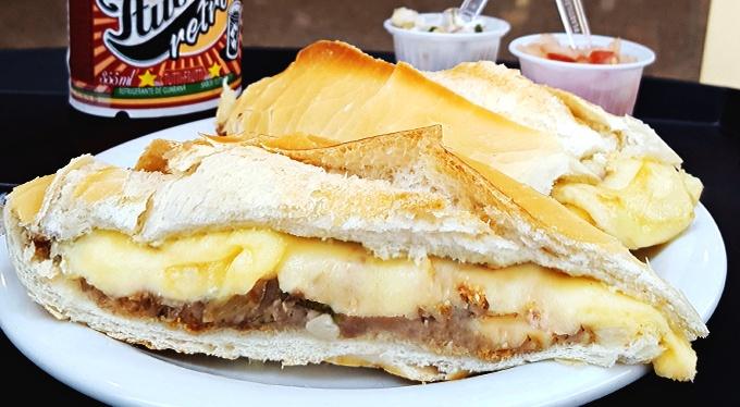 Pão com Bolinho + Provolone